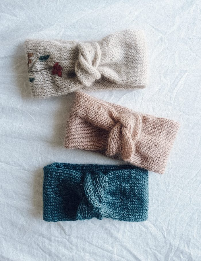 free knitting pattern, headband with a twist, in different colours