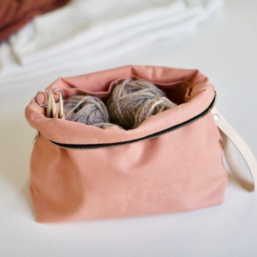 prosjektpung fra plystre til strikketøyet, i coral pink