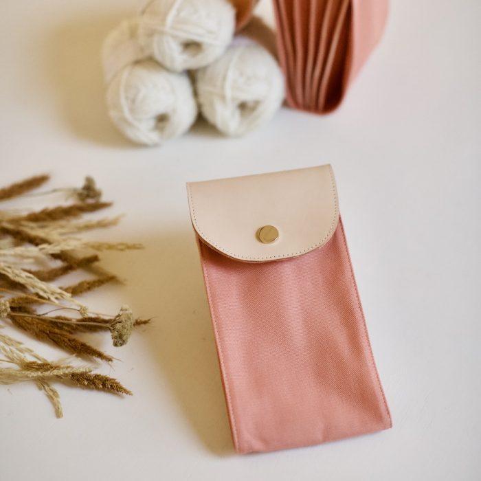 strikkepinneoppbevaring fra plystre i coral pink
