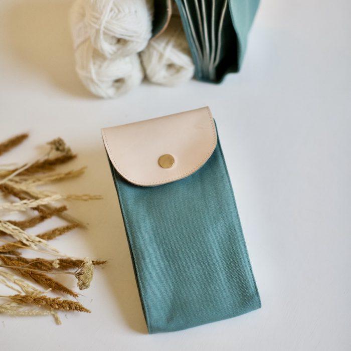 plystre etui for strikkepinner i sage green