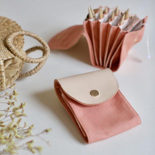 strikkepinnemappe fra plystre i coral pink