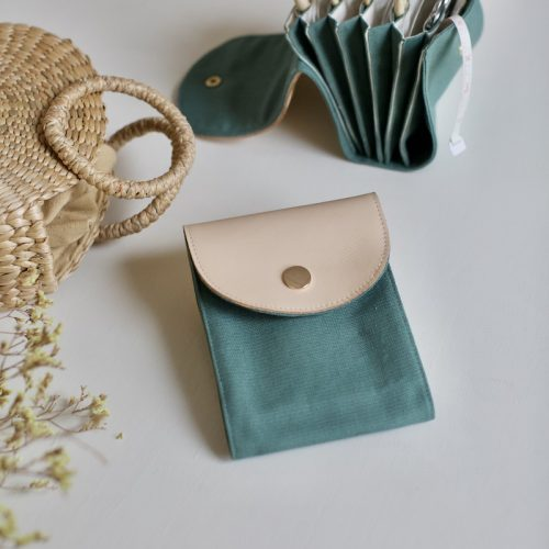 bestill strikkepinneetui hos plystre, i sage green