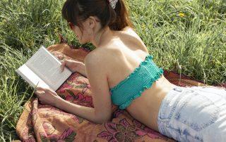 redesign gamle klær, en treningskjorte blir til bikini